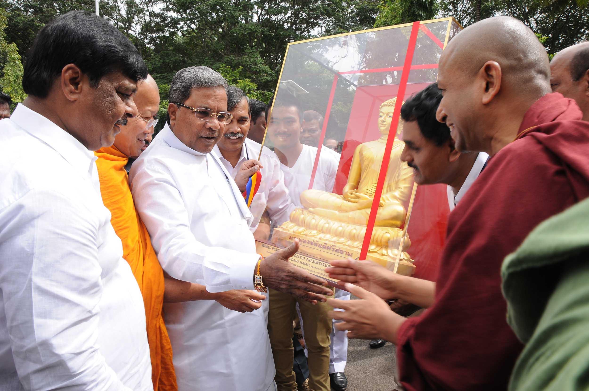buddha-statue-distribution-mahabodhi-royal-thai-for world-peace-2014 (9)